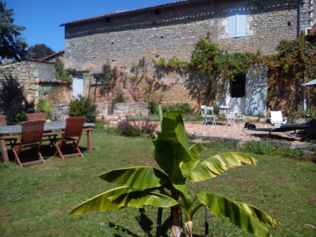Saint-Amant-de-Bonnieure的民宿