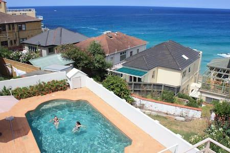 邦迪海滨公寓 + 泳池