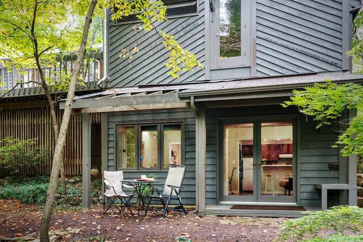 Wooded Retreat, Six Minutes to Town