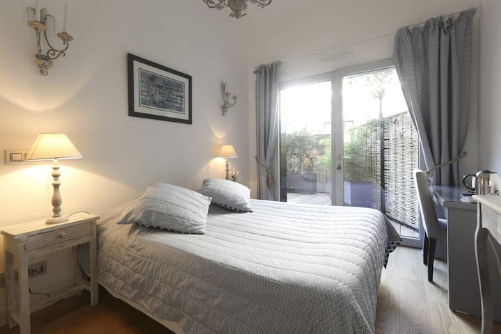 Charming guest room