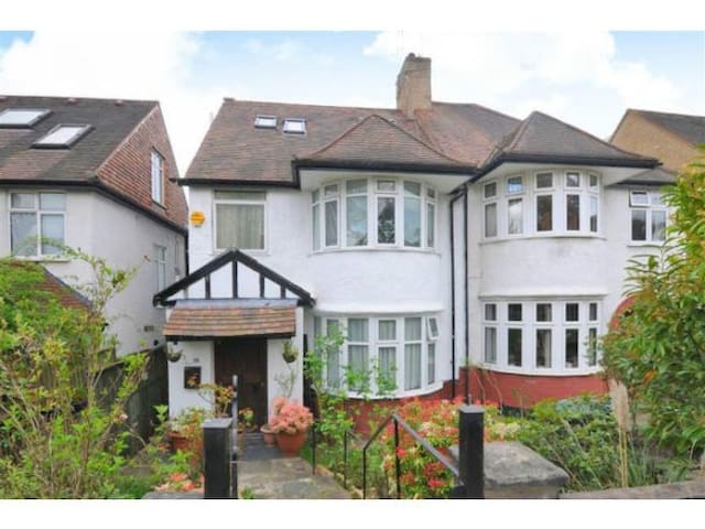 Room in a house share. in lovely leafy Hendon.