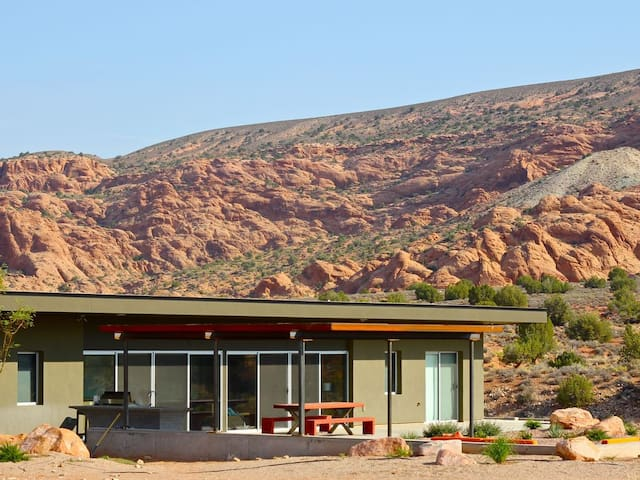 Arroyo Rez - in the beautiful red rocks of Moab with private hot tub