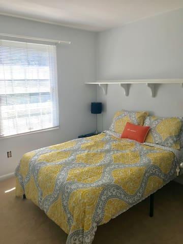 Cozy bedroom close to IAD, Metro and shops!