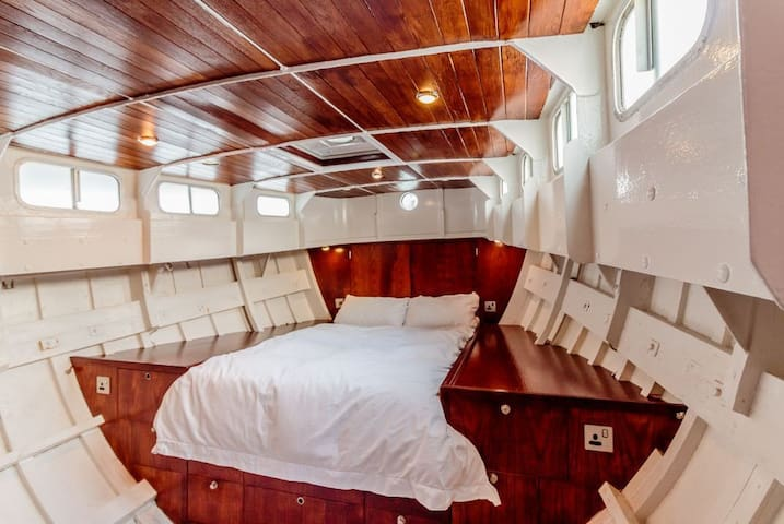 Spacious, Light Tower Bridge Houseboat