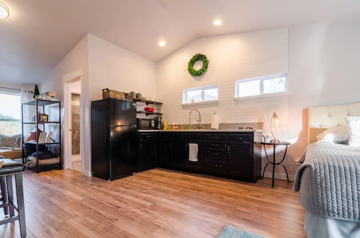 New Scenic Loft,Private getaway, kitchenette, OSU