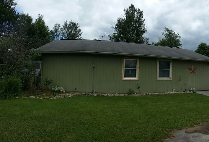 Quaint Ranch/ Easy Access and Privacy