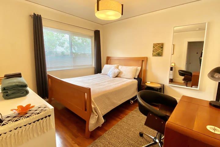 Mid-Century Modern Bedroom, 5-min Walk to Caltrain