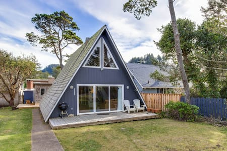 Quiet, coastal cabin getaway, less than a block from the beach