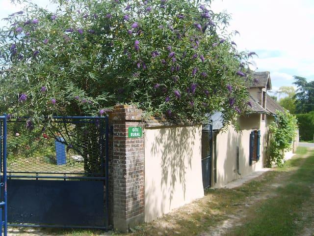 Saint-Lubin-des-Joncherets的民宿