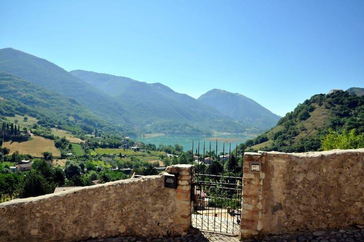 Castel di Tora的民宿
