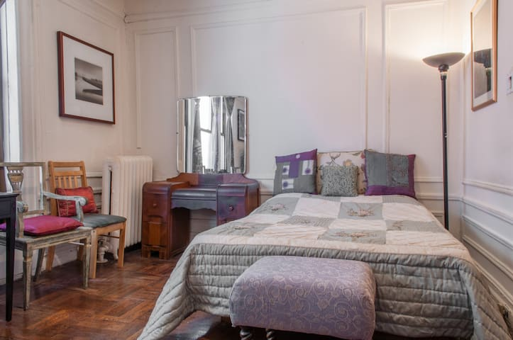 Spacious Room/Great Location