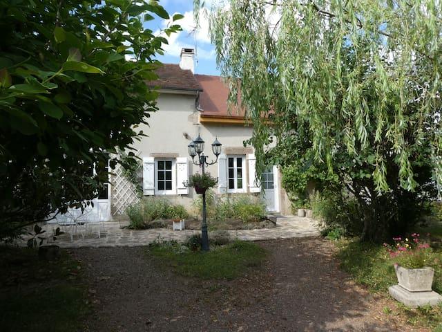 Montlay-en-Auxois的民宿
