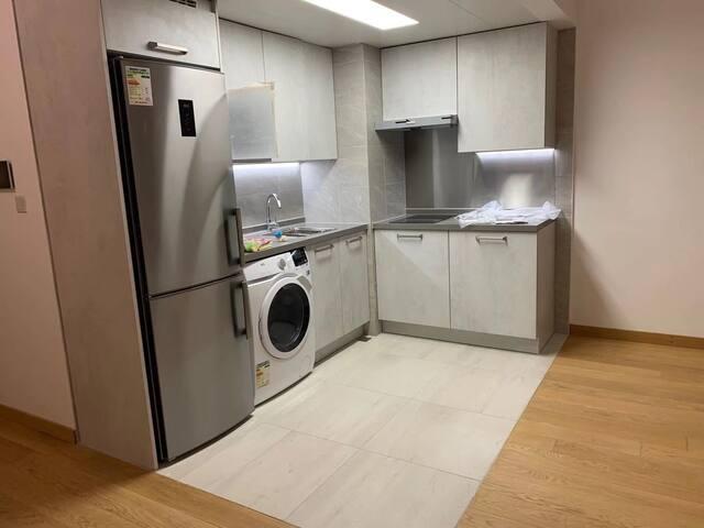 干淨舒適,適合朋友,情侣外出旅行。全新獨立的開放式單位,34平方米。全屋采用德國高級電器和廚櫃。