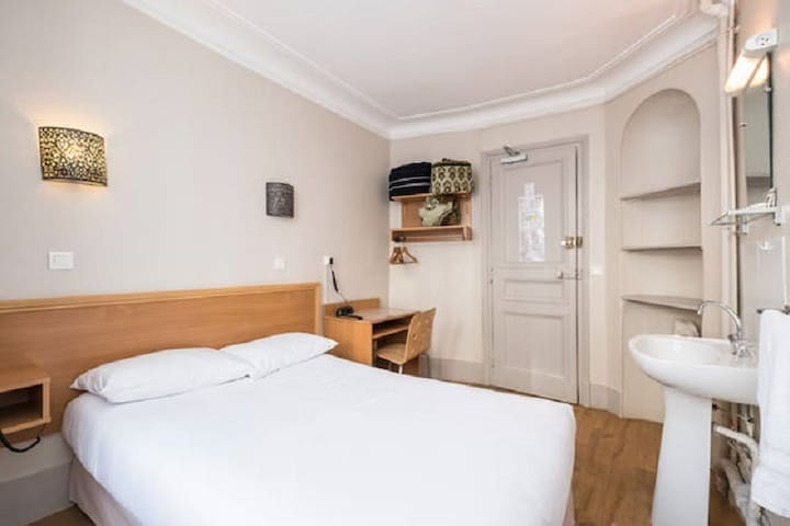MONTMARTRE-Room ( double bed)shared bathroom