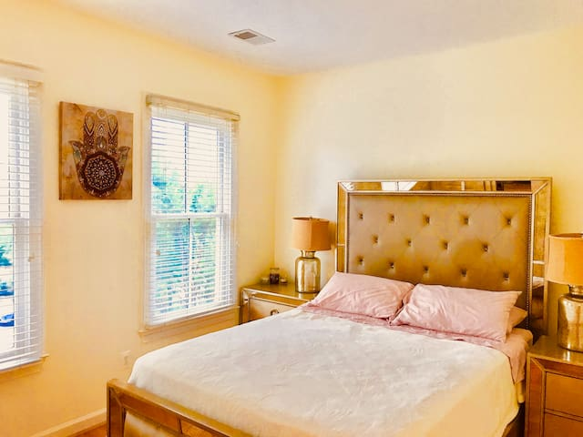 Private bedroom and bath in historic Old Town