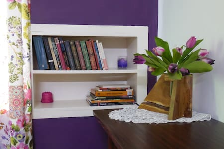 Purple Patch: bright independent room with A/C
