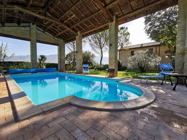 Intimate Charming Villa with Hot Tub and Pool