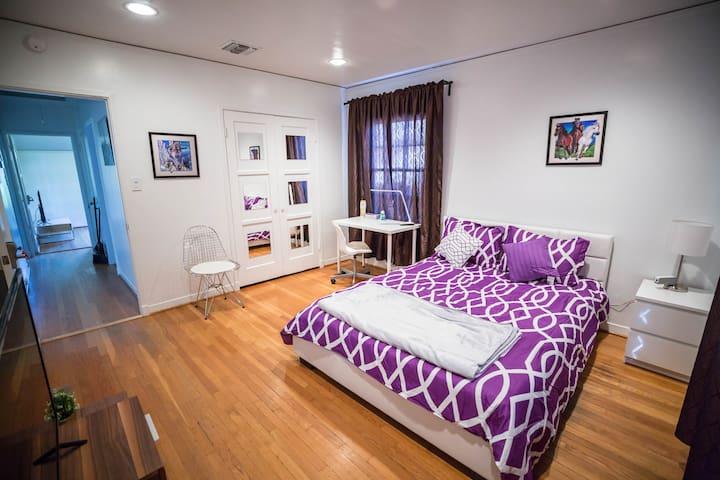 Large & Cozy private room near Universal Studios