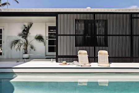The Palm House - Relaxed Coastal Beach Abode
