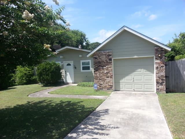 Off I35, close airport/downtown, cozy quiet home
