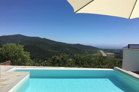 Luxury Holiday Apartment with Infinity Pool, Sea View, Wi-Fi & Conditioning; Parking Available