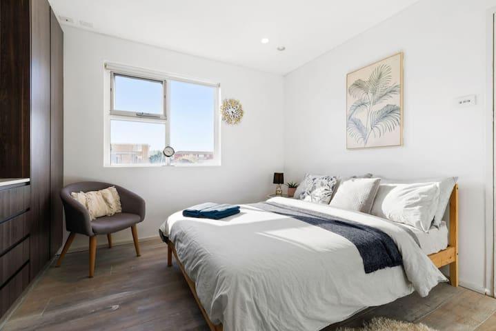A Bright & Comfy Beach Studio, 5min walk to Bondi Beach