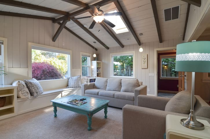Charming Cottage-Style Home, 2 Blocks to GreenLake