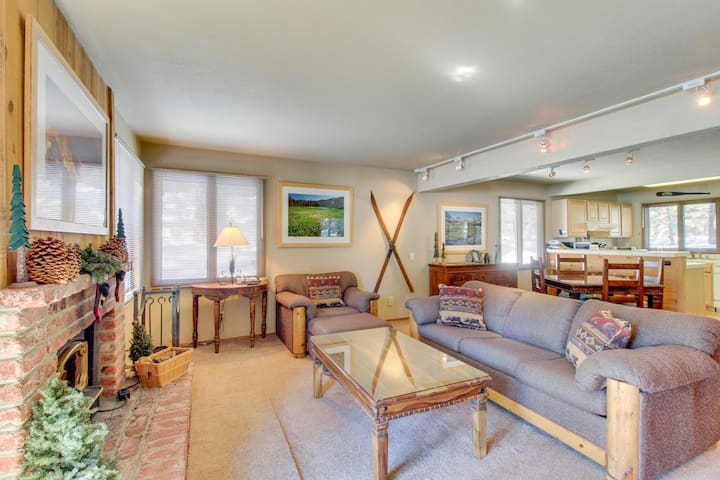 Charming ground-level condo with shared hot tub, pool, sauna, & tennis courts