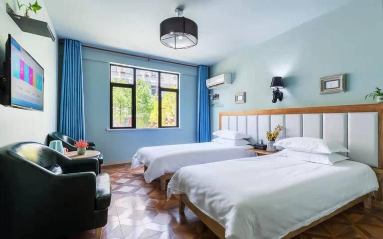 (双床房)横店梦幻谷步行3分钟,最文艺的设计型酒店。提供现磨咖啡、进口啤酒、景点门票。