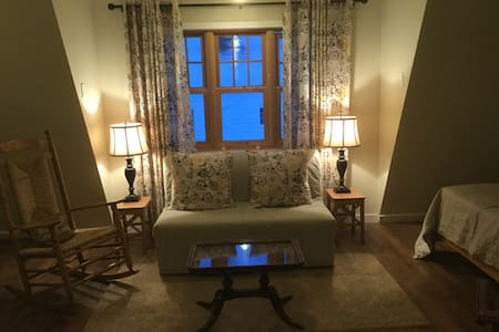 Warm and cozy carriage house near Whyte Avenue