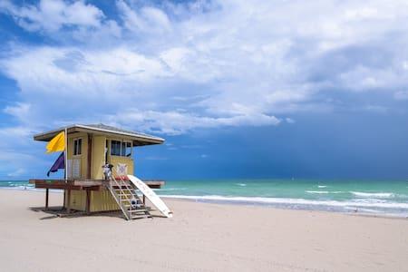 Beautiful! 1min walk to the beach!
