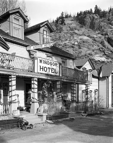 Historic Windsor Hotel 3rd Floor Suite. (4ppl)
