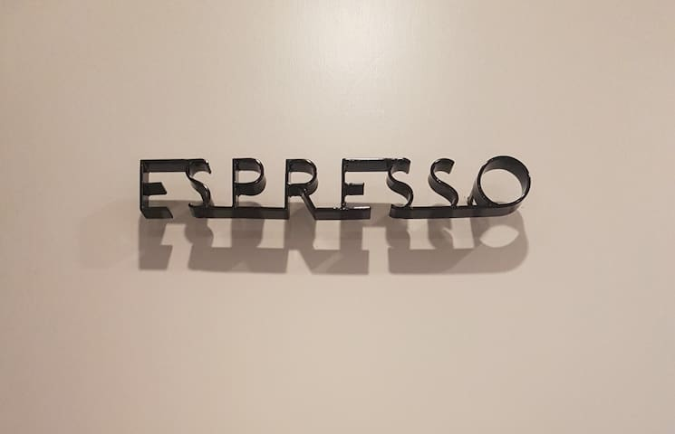 Espresso 精品咖啡旅宿*帆船飯店丹普名床+大露台&搖搖椅,位於新光市政特區,交通便利鬧中取靜