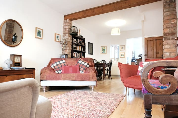 Cottage in heart of city centre- private location
