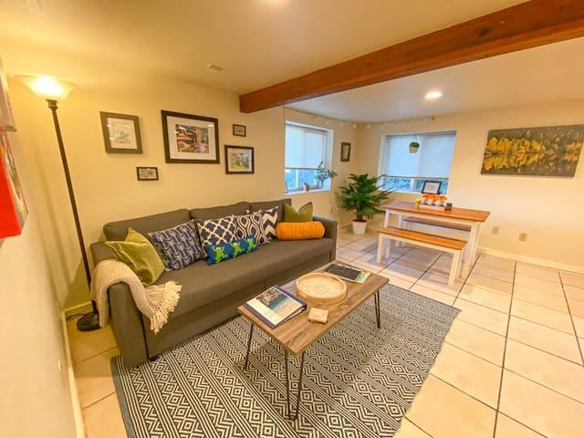 Hillside Hideaway- Spacious Suite in Mt. Tabor
