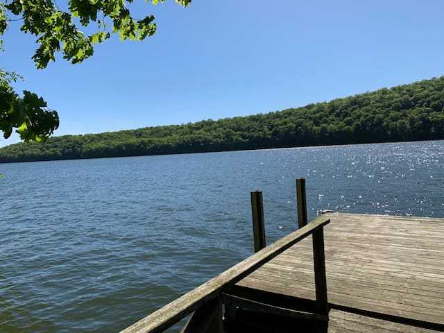 Candlewood Lake House (Lakefront)