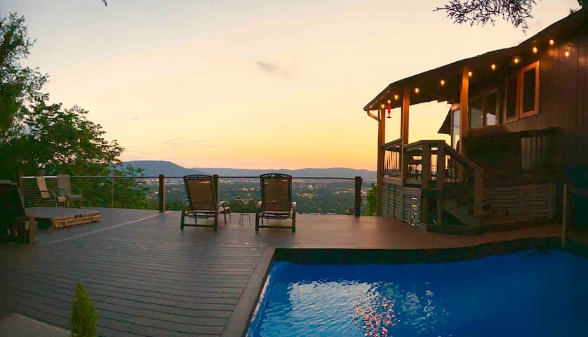 Sunset Haven: 4BR Hot Tub Fireplace Stunning Views