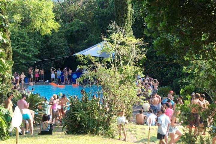 6 Horas Piscina + Churrasqueira, Pool Party na Floresta da Tijuca