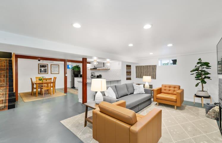 Spacious Mid-Century Apartment in Woodstock