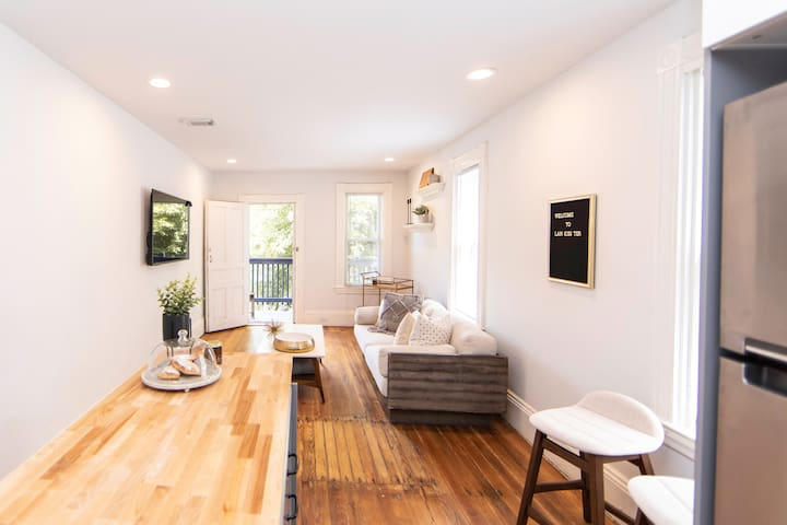 Center City Luxe 2 bedroom Condo: Fully Renovated