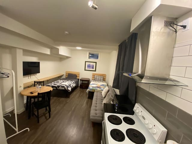 Cozy studio at heart of Edmonton, private BH&KCTN