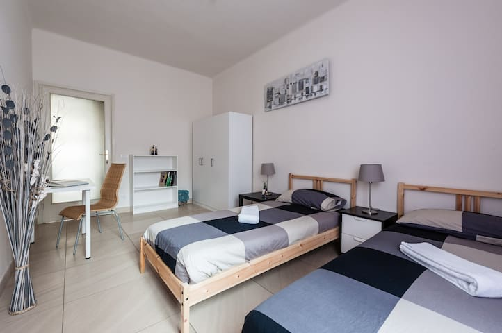 Two single beds,2 Minuets far from Pisa Central ST