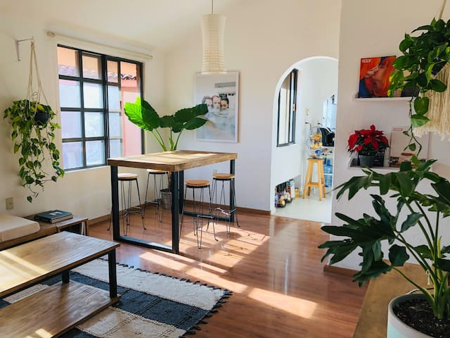 BEAUTIFUL & COSY STAY CLOSE TO DOWNTOWN