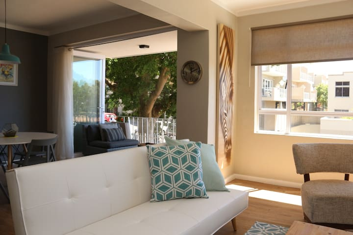 Modern 2 Bedroom Apartment in  trendy Green Point