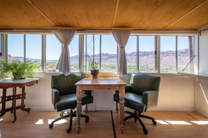 Aerie Loft-  Cozy Panoramic Vista Studio