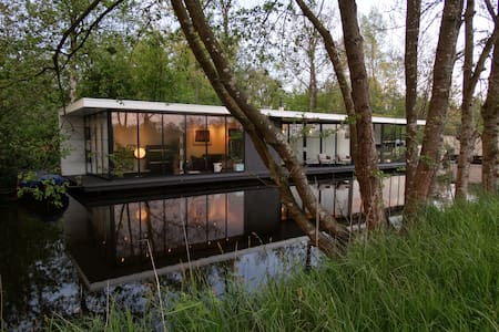 Luxury modern water villa Intermezzo at Giethoorn