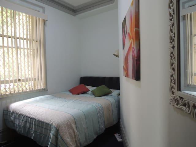 Private room in terrace house near city centre F