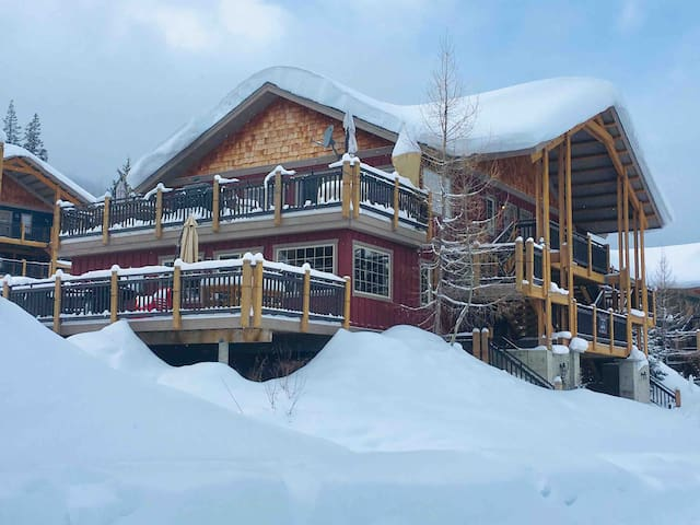 Kicking Horse Slopeside home - private hot tub!!