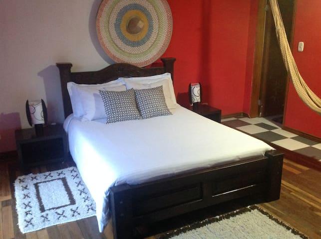 Cómoda y amplia habitación en Pamplona.