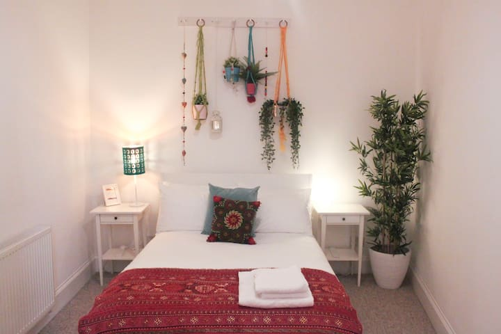 Modern, central, quiet, colourful room